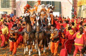 Ивреа. Италия. битва апельсинами. карнавал. празник. апельсин. лошадь. italiaunicaevents. туризм.
