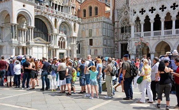 SOS! Венецию поглощают туристы. Италия ищет спасения