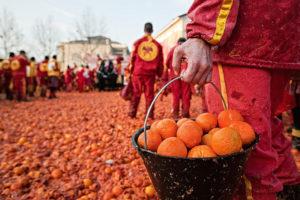Италия. туризм. эвенты. ивенты. апельсиновая битва. апельсин. Ивреа. Турин. фестиваль. карнавал